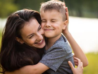 50 frases de feliz aniversário para madrinha que são puro carinho