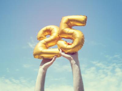 30 frases de aniversário de 25 anos que celebram o auge da juventude