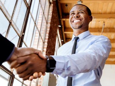 35 frases de aniversário para cliente que celebram essa parceria