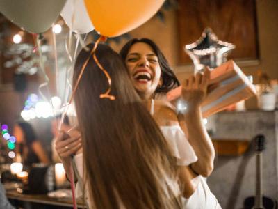 30 frases de parabéns para amiga de infância repletas de cumplicidade