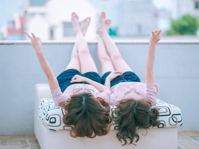 30 frases de aniversário para gêmeas que são uma dupla imbatível