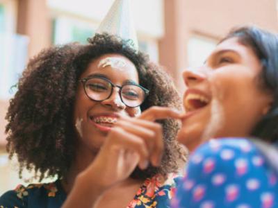 40 frases de aniversário engraçadas para amiga que vão diverti-la