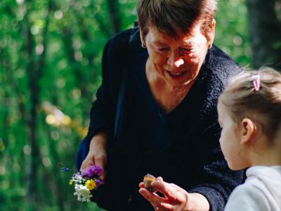 30 frases de aniversário de neta para avó com lindas homenagens