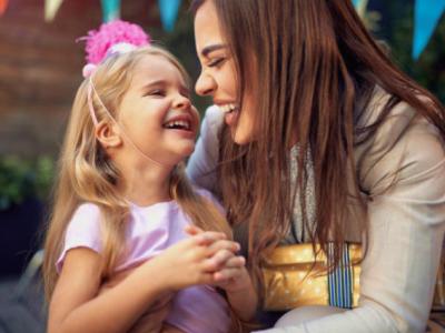 35 frases de aniversário para irmã caçula que mostram como você a ama
