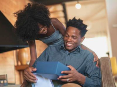 40 frases de aniversário para irmão caçula que celebram seu parceirinho